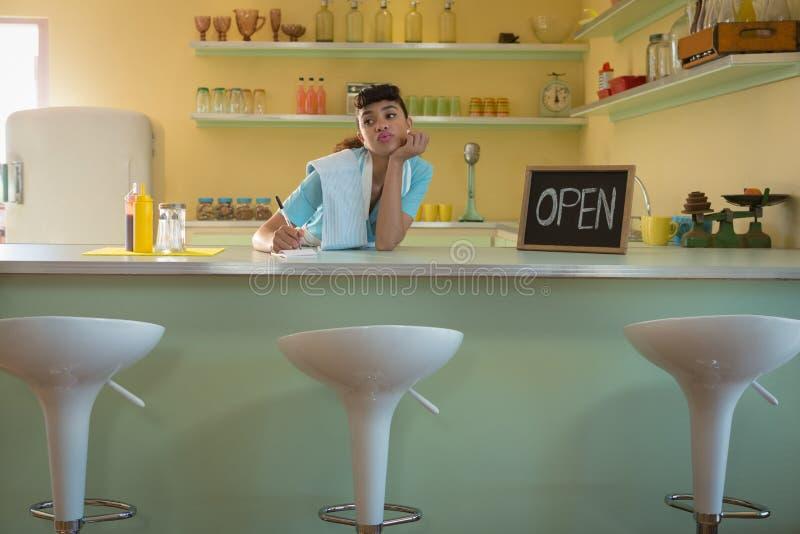 Kelnerki pozycja przy kontuarem w restauraci obraz royalty free