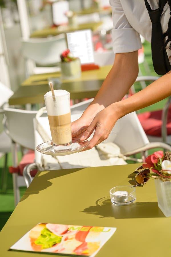 Kelnerki ręk zamknięta porcja latte kawiarnia obrazy stock