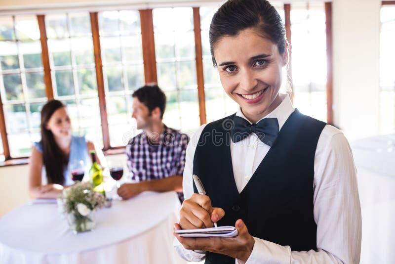 Kelnerki writing rozkaz na notepad w restauraci zdjęcia royalty free