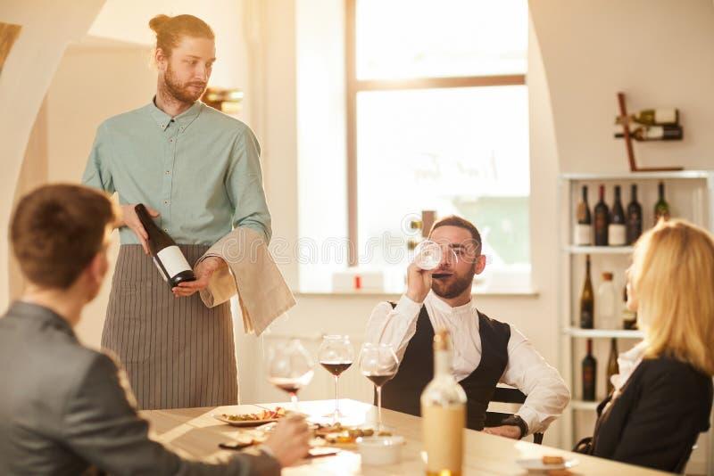 Kelners dienende lijst stock foto's