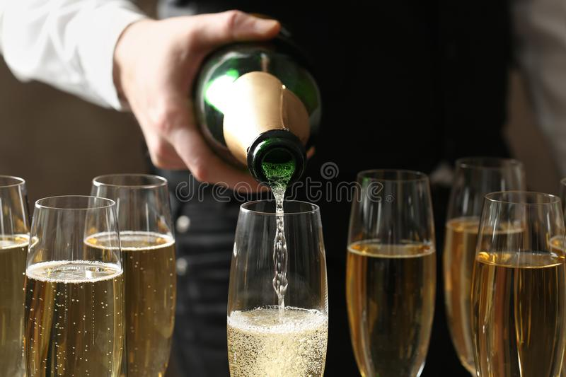 Kelners gietende champagne in glas, close-up stock foto's