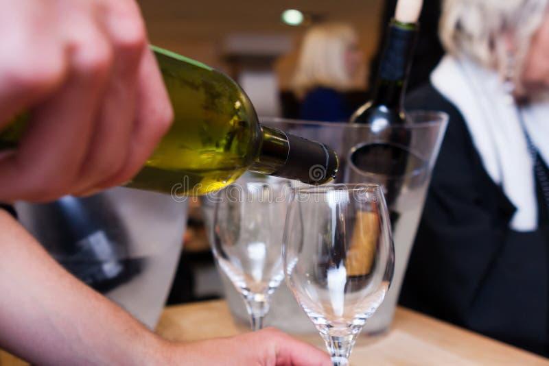 Kelners gietende wijn in een glas stock foto