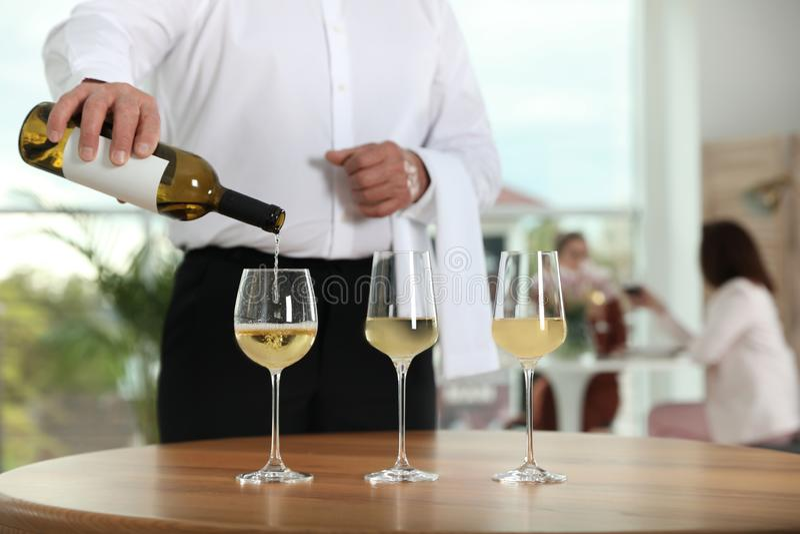 Kelners gietende wijn in glas in restaurant, royalty-vrije stock fotografie
