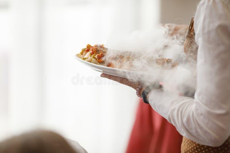 Kelnery niesie talerze z mięsnym naczyniem przy ślubem zdjęcie royalty free