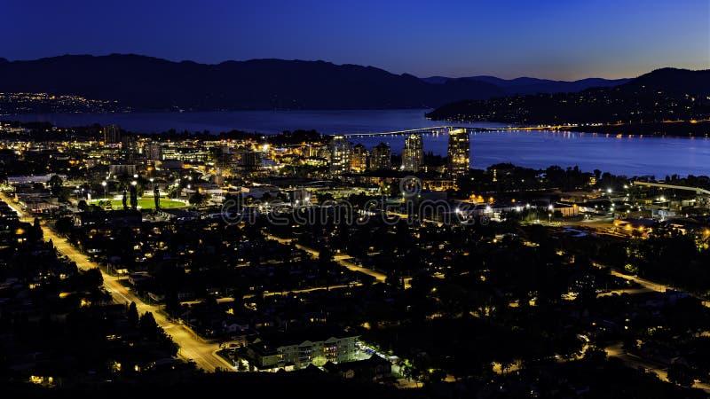 Kelowna British Columbia skyline e Okanagan Lake da Montanha Knox à noite fotografia de stock
