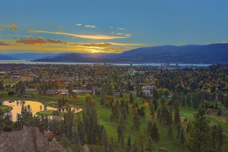Kelowna golfbana med Okanagan sjön i bakgrunden i nedgången Kelowna British Columbia Kanada arkivfoton