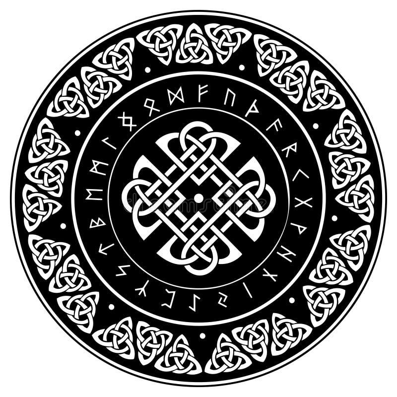 Keltisch die schild, met een oud Europees patroon en Skandinavische runen wordt verfraaid stock foto's