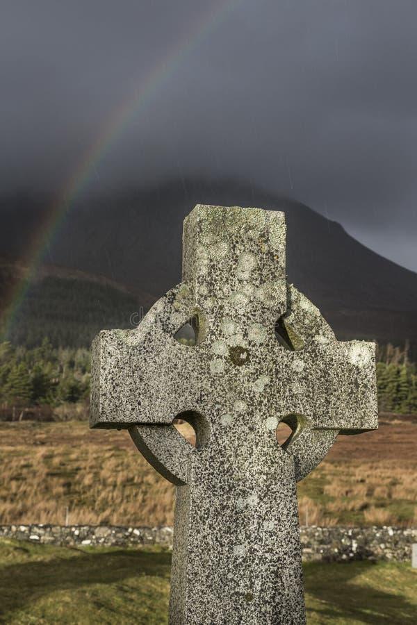 Keltisches Kreuz und Regenbogen auf der Insel von Skye in Schottland lizenzfreies stockbild