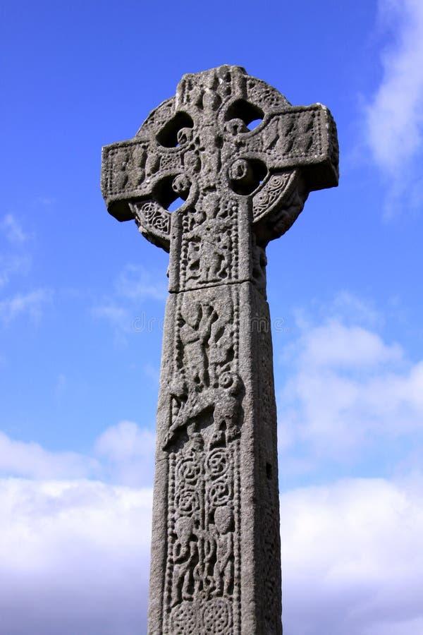 Keltiskt kors i en irländsk kyrkogård arkivbild