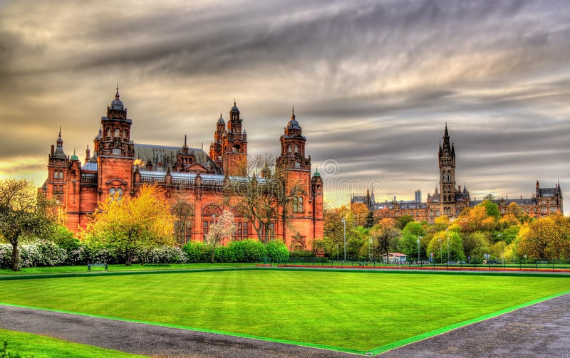 Kelvingrove Museum und Glasgow University lizenzfreie stockbilder