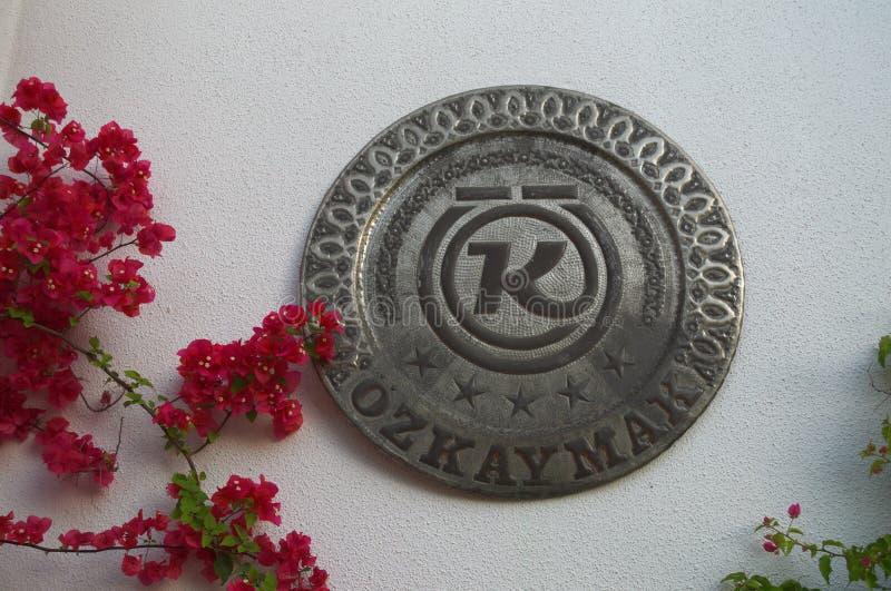 KEMER TURKIET - MAJ 11, 2018: namnet av hotellet Ozkaymak royaltyfria foton