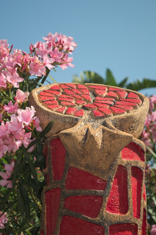 KEMER, TURQUÍA - 10 DE MAYO DE 2018: granada de la escultura fotografía de archivo libre de regalías