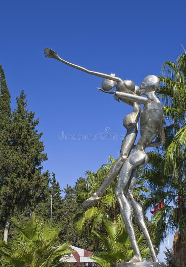 KEMER, TURQUÍA - 5 DE OCTUBRE DE 2017: El monumento del hombre y la mujer en un Kugulu parquean imagen de archivo libre de regalías