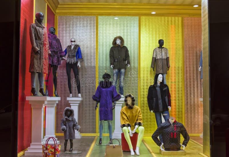 KEMER, TURQUIA - 1º DE OUTUBRO DE 2017: De roupa da loja baixa dentro de Kemer foto de stock