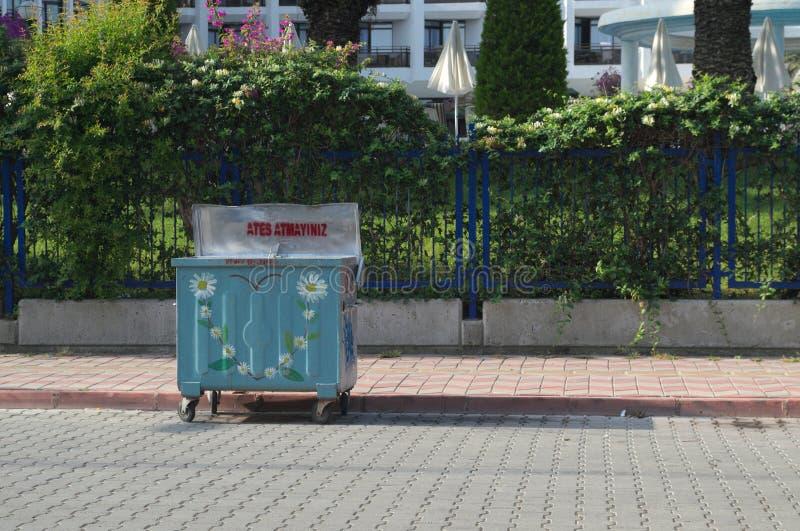 KEMER, TURQUIA - 10 DE MAIO DE 2018: o escaninho de lixo foto de stock royalty free