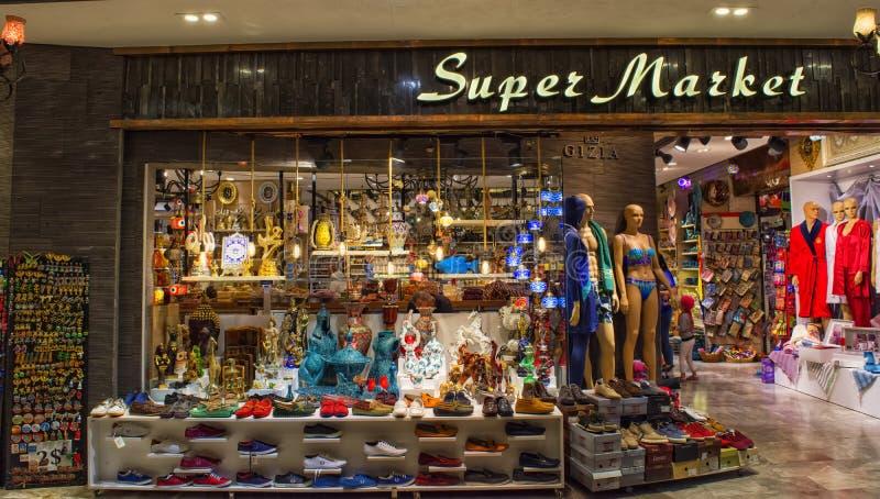 Kemer, Turquia - 4 de outubro de 2017: Bens e lembranças turcos na loja velha do bazar de Kemer foto de stock royalty free