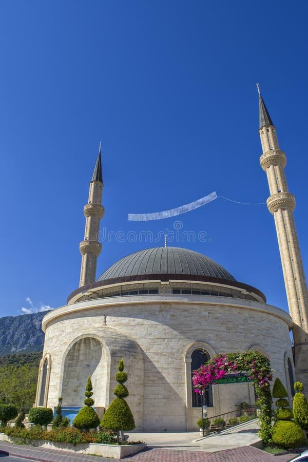KEMER, TURQUIA - 5 DE OUTUBRO DE 2017: Mesquita Kemer Cami no centro da cidade de Kemer fotografia de stock