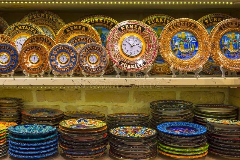 KEMER, TURQUIA - 4 DE OUTUBRO DE 2017: Placas e pulsos de disparo em lembranças das prateleiras na loja velha do bazar de Kemer fotos de stock royalty free