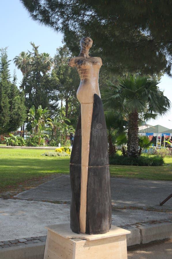 KEMER, TURQUIE - 10 MAI 2018 : une sculpture d'une femme photos libres de droits