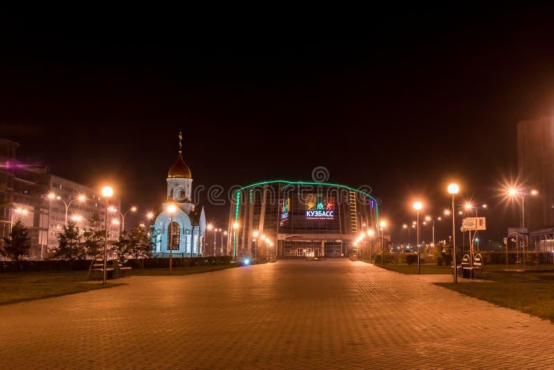 Kemerovo, Rússia, 04 10 2014, centro de esportes provincial Kuzbass e capela fotografia de stock