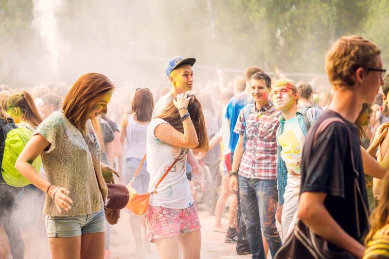 Kemerovo, Rusland, 24 Juni, 2018: het jonge meisjessluiten met gekleurd poeder bij festival van kleuren stock fotografie