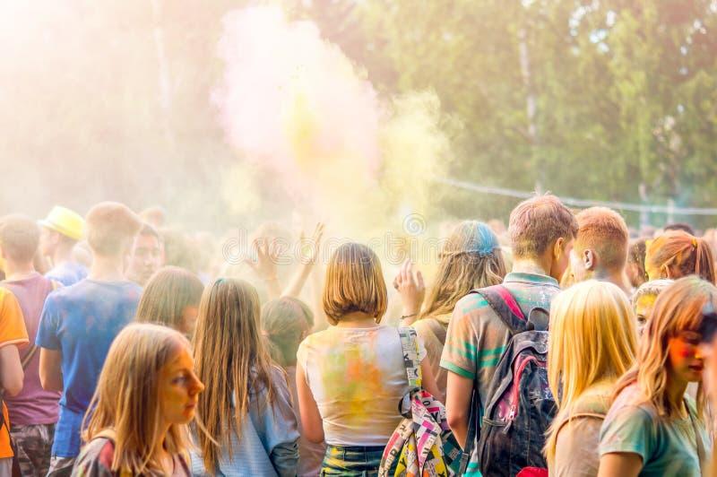 Kemerovo Ryssland, Juni 24, 2018: folkmassa av ungdomarsom har gyckel royaltyfria foton