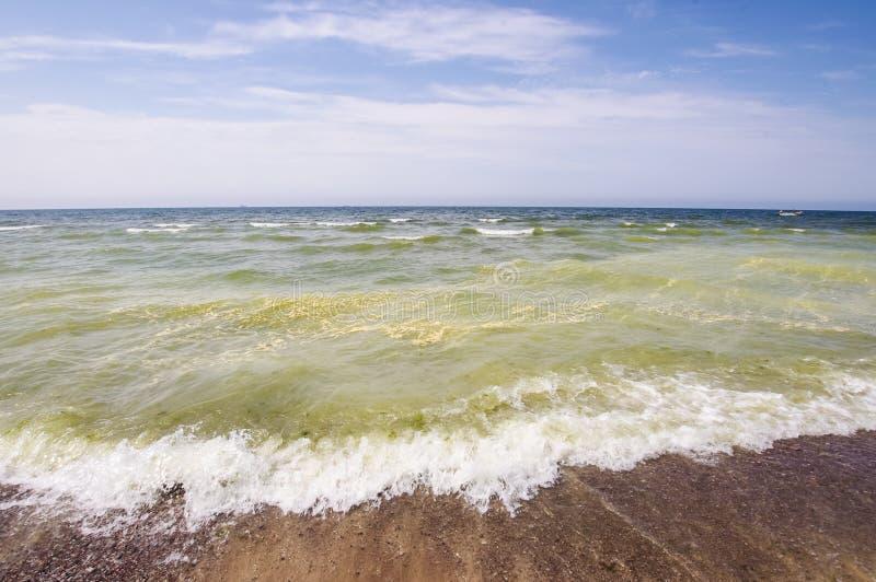 Kemikalieer för föroreningbegreppsgräsplan i havet fotografering för bildbyråer