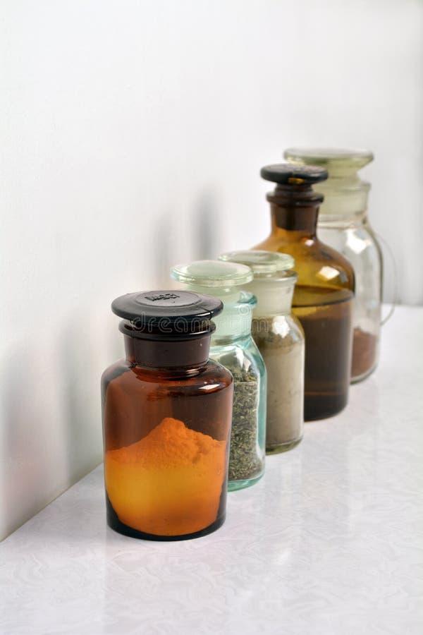 Kemikalieflaskor i rowChemical flaskor i en rowChemical bottl royaltyfri foto
