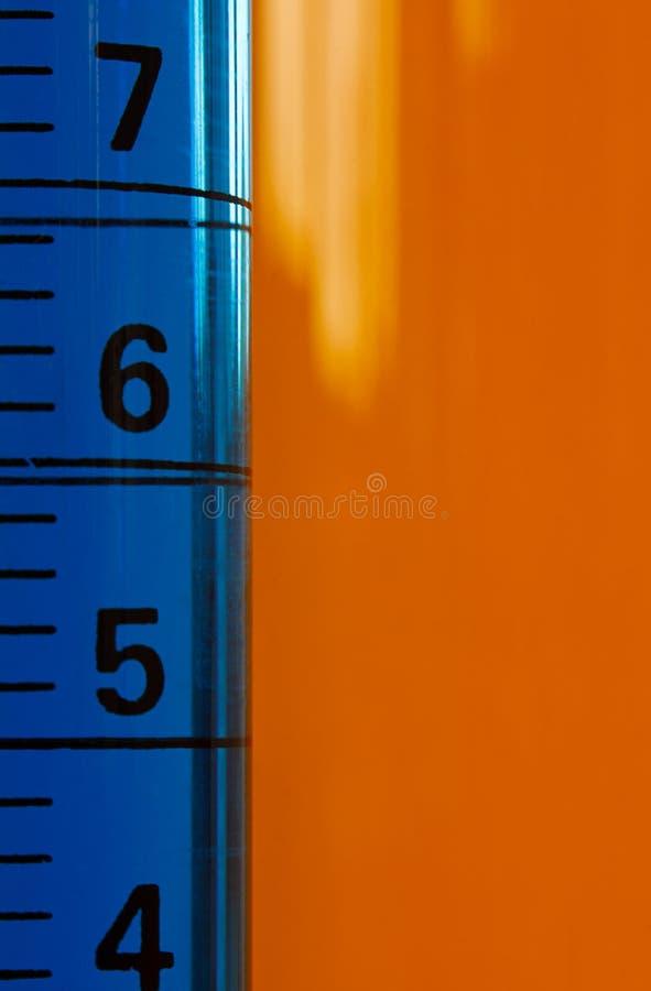 Kemiprovningsprovrör med droppglasets royaltyfria bilder