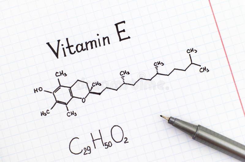 Kemisk formel av vitamin E med pennan arkivfoto