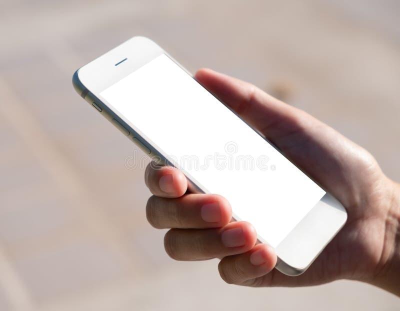 Kemisk handhållning och användning av smart telefon med tom skärm i bakgrunden royaltyfri foto