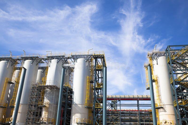 Kemisk industrianläggning mot den blåa himlen arkivbilder