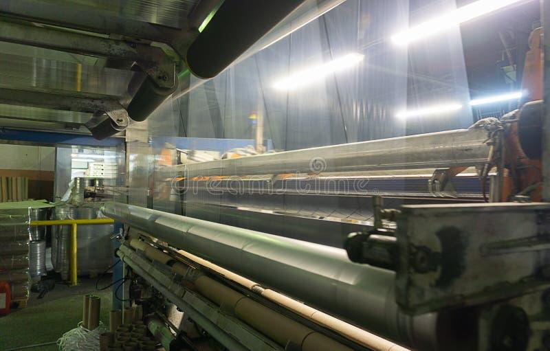Kemisk produktion av boppfilmen Filmutstötning Produktion av en elasticitetsfilm av grynig polyetylen för låg täthet lägenhet-sli arkivbild