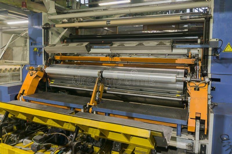 Kemisk produktion av boppfilmen Filmutstötning Produktion av en elasticitetsfilm av grynig polyetylen för låg täthet lägenhet-sli royaltyfria foton