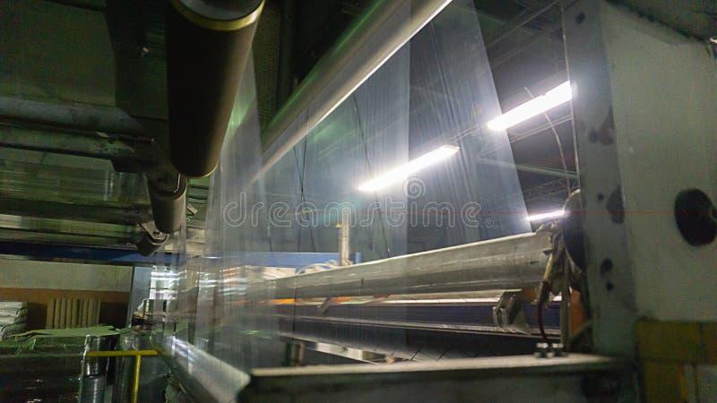 Kemisk produktion av boppfilmen Filmutstötning Produktion av en elasticitetsfilm av grynig polyetylen för låg täthet lägenhet-sli royaltyfri bild