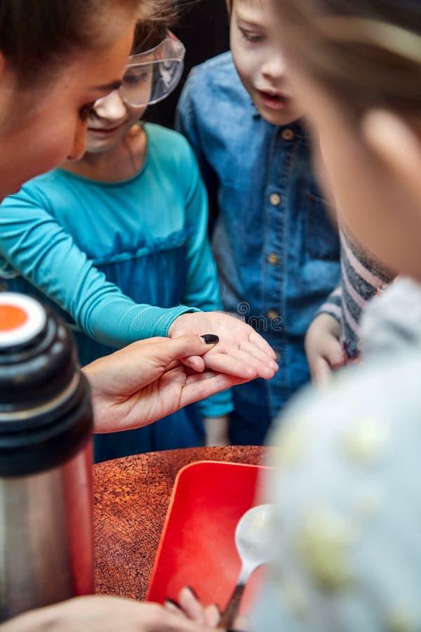 Kemisk show för ungar Professorn bar ut kemiska experiment med vätskegasformigt grundämne på födelsedagliten flicka fotografering för bildbyråer