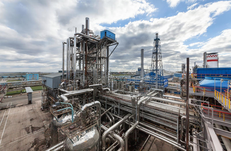 Kemisk växt för produktion av ammoniak- och gasformigt grundämnebefruktning på dagtid royaltyfri bild
