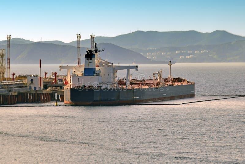 Kemiska tankfartyg för päfyllning i porten arkivbild