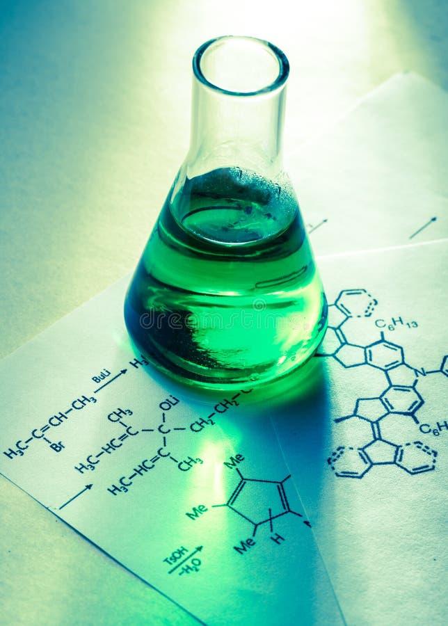 Kemiskt rör med reaktionsformel arkivfoton