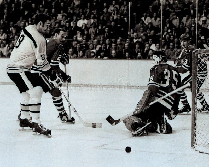 Ken Hodge Boston Bruins framåt skridskor in på Tony Esposito arkivbild