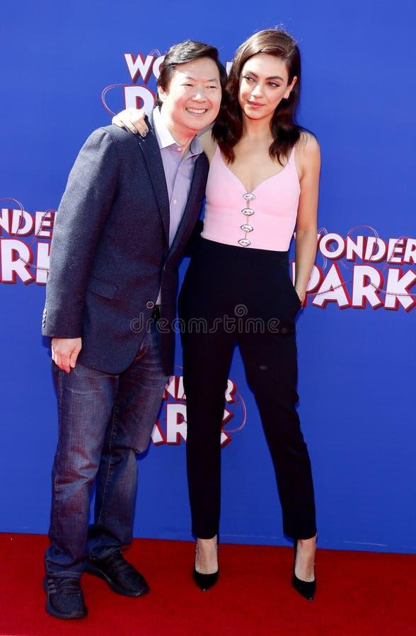 Ken Jeong i Mila Kunis zdjęcia stock