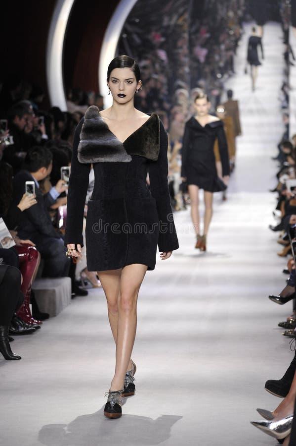 Kendall Jenner loopt de baan tijdens Christian Dior toont stock afbeelding