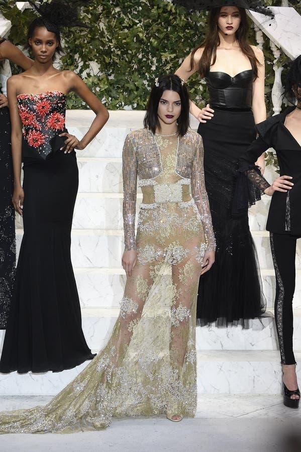 Kendall Jenner marche la piste au défilé de mode de Perla de La photographie stock libre de droits