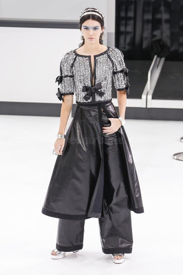 Kendall Jenner marche la piste pendant l'exposition de Chanel photographie stock libre de droits