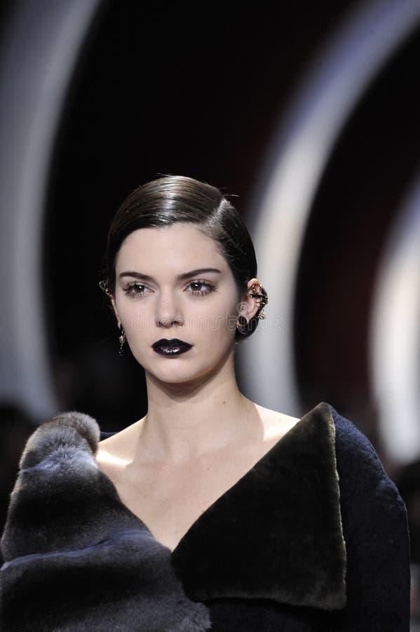 Kendall Jenner marche la piste pendant l'exposition de Christian Dior photos libres de droits