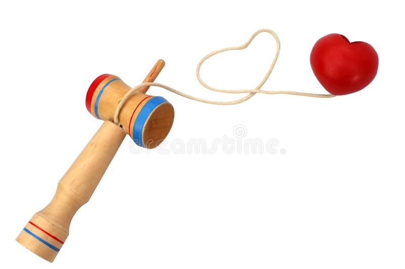 Kendama,包括剑和心脏球的一个传统日本玩具连接由在心形滚动的串,被隔绝 库存照片