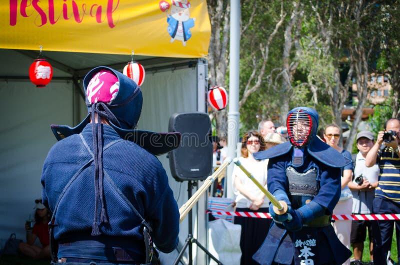 Kendo är japansk kampsport, som steg ned från swordsmanship och använder bambusvärd och det skyddande pansaret arkivfoto