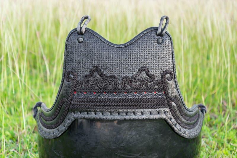 Kendo Body Armour Protective usado e sujo ou FAZ no campo de grama imagens de stock royalty free