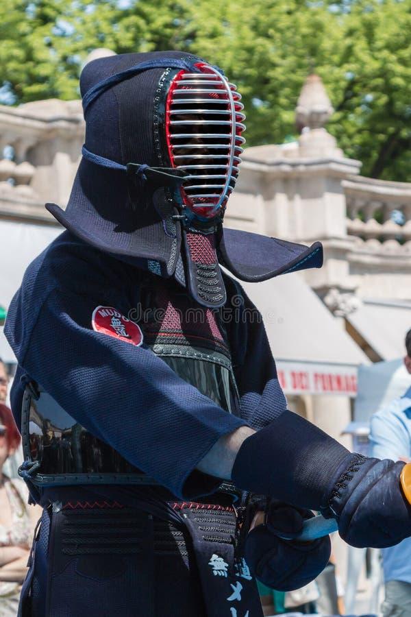 Kendo Fighter en ropa tradicional con la espada de bambú fotografía de archivo