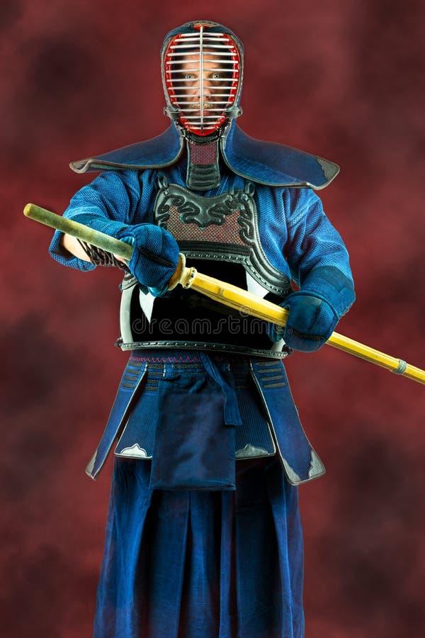 Kendo - Kendoka en espada llena de la armadura y del bambú Tiro del estudio fotografía de archivo